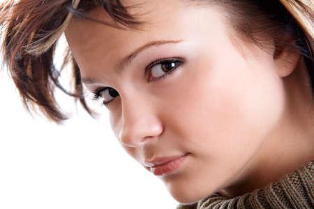 earnest: Retrato de la mujer joven en el fondo blanco