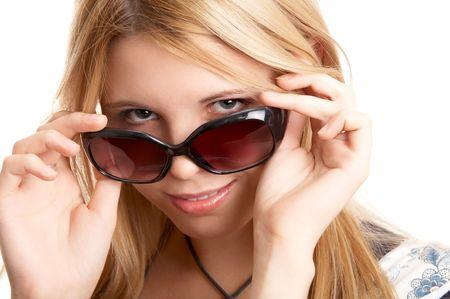 sole occhiali: Pretty donna bionda con occhiali da sole su sfondo bianco