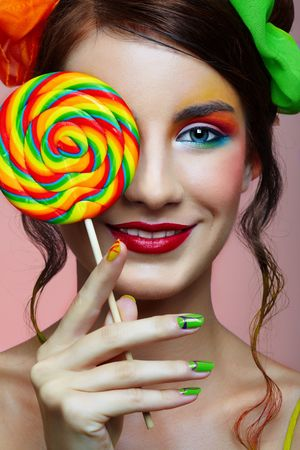 paletas de caramelo: Happy girl en brillante maquillaje con lollipop Foto de archivo