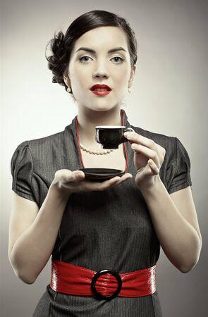 portrait de style broches-up de belle fille brunette posant sur gris