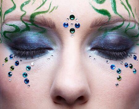 Retrato de bella joven con bodyart de algas