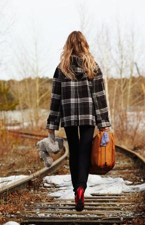 femme valise: Girl walking along old railroad Banque d'images