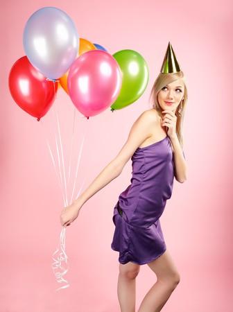 globos de cumpleaños: Retrato de parte de rubia hermosa chica con globos en rosa  Foto de archivo