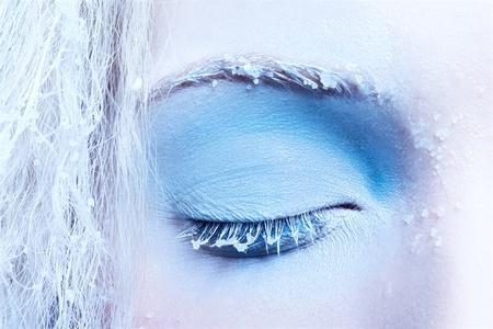 maquillaje fantasia: Close-up retrato de maquillaje de nieve de fantas�a de la ni�a hermosa zona del ojo