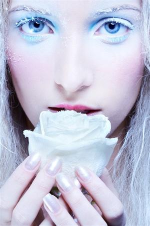 maquillaje de fantasia: Close-up retrato de hadas congelados rubia hermosa ninfa chica con Rosa Blanca