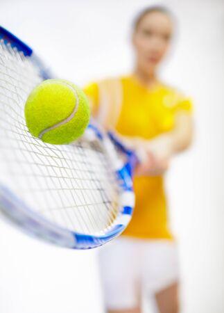 raqueta de tenis: Torneo de tenis - mujer de jugador con la raqueta de tenis y la bola baja-enfoque dispar� con enfoque en la pelota de tenis