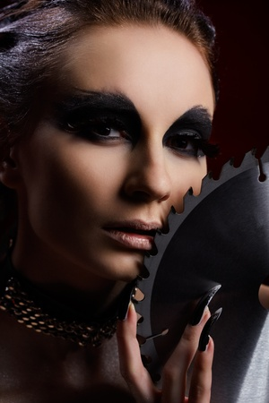 maquillaje de fantasia: Retrato de una chica linda con maquillaje de fantas�a de ave de presa con hoja de Sierra circular Foto de archivo