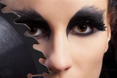 maquillaje de fantasia: Retrato de primer plano de bella joven con maquillaje de fantas�a de ave de presa con hoja de Sierra circular Foto de archivo