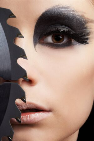 maquillaje de fantasia: Retrato de primer plano de bella joven con maquillaje de fantasía de ave de presa con hoja de Sierra circular Foto de archivo