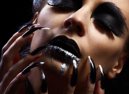 unas largas: maquillaje de zona de labios g�ticos y manicura de u�as largas  Foto de archivo