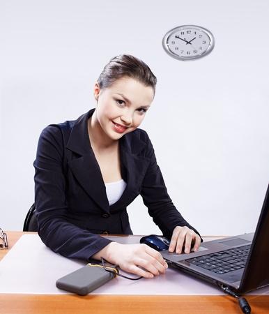 Retrato de la Oficina de la joven y bella mujer insertar el cable usb de la unidad de disco duro portátil en encabezado de portátil