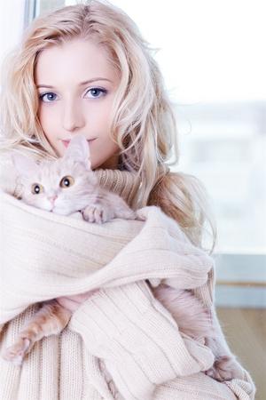 maglioni: Ritratto di una bella ragazza bionda in pullover con gattino Archivio Fotografico