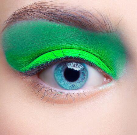 Retrato de primer plano de maquillaje de la niña hermosa zona del ojo con sombras de ojos azules