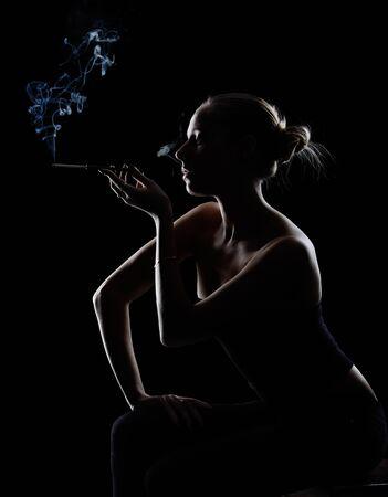 fille fumeuse: silhouette de fille de fumer sur fond noir