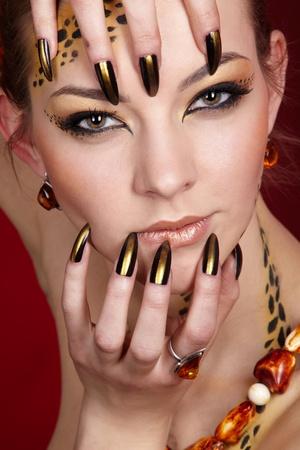 unas largas: Retrato de girll en maquillaje de gato y bodyart