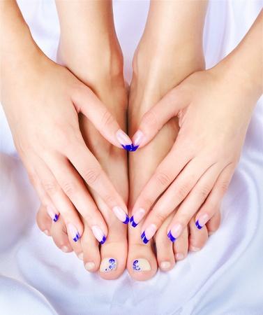 seidenstoff: K�rperteil sch�ne gesunde junge Frau die H�nde und Beine mit manik�rten Fingern und Zehen auf pedik�rten Seidentuch erschossen