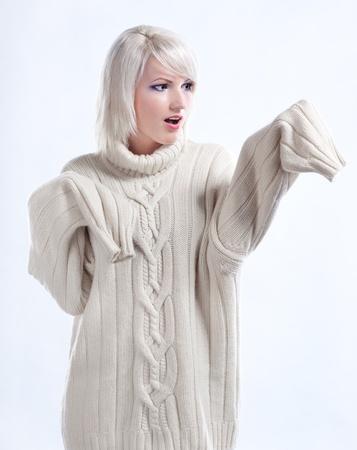 fille pull: Portrait d'une jeune fille surprise en pull en cachemire laine