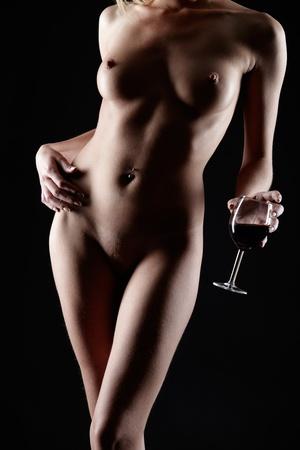 beaux seins: portrait partie du corps de la jeune femme avec de beaux seins avec un verre de vin rouge � la main