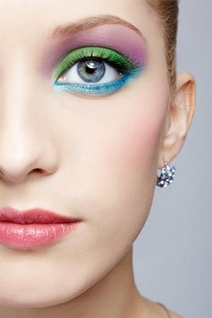 half and half: medio retrato de la cara de una mujer joven y bella