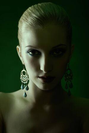 retrato teñido de verde, de la hermosa joven rubia en la joyería