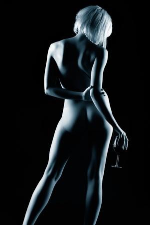 mujer desnuda de espalda: Retrato de joven mujer rubia desnuda con cuerpo hermoso posando con vaso de vino tinto en la mano