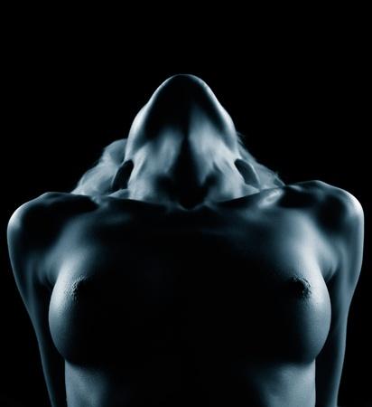 beaux seins: portrait de jeune femme blonde nue avec de beaux seins