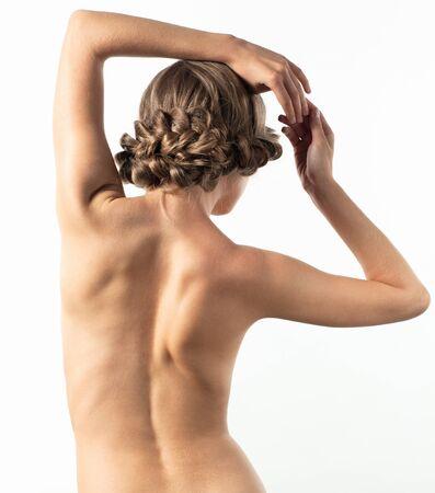 desnudo artistico: Retrato de la mujer hermosa joven con peinado creativo trenza