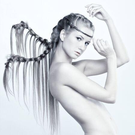 desnudo artistico: Mujer joven con el peinado creativo y trenzas Foto de archivo