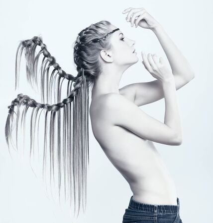 modelo desnuda: Retrato de una mujer hermosa joven con peinado de trenza creativa