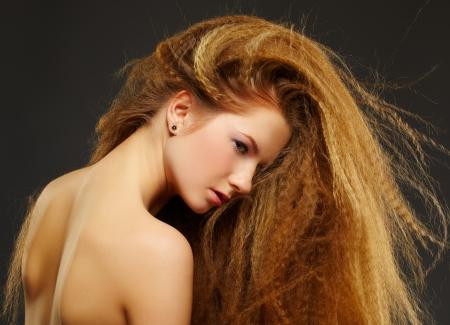 Retrato de mujer joven pelirroja hermosa en gris photo
