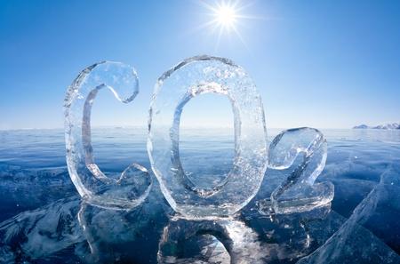 Chemische formule van het broeikasgas koolstofdioxide CO2 gemaakt van ijs op de winter bevroren meer Baikal onder blauwe lucht en zon stralen Stockfoto