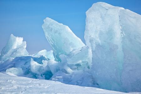 冬の凍ったバイカル湖の屋外の表示
