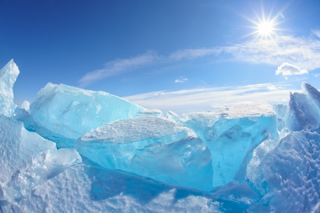 Winter Baikal meer landschap met zon op blauwe hemel