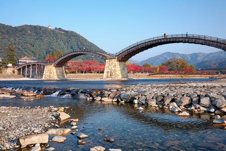 ponte giapponese: Kintai Ponte sul fiume Nishiki e il Castello di Iwakuni sul monte, prefettura di Yamaguchi, in Giappone