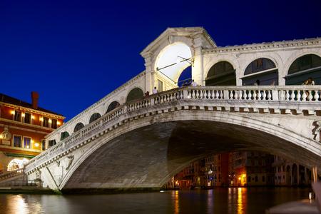 sestiere: Night shot of Rialto Bridge   Ponte Rialto   on Canal Grande in Venice, Veneto, Italy