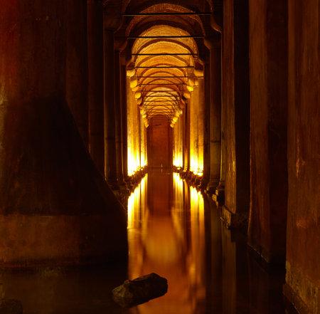 cisterna: Yerebatan Saray - Cisterna Bas�lica en Estambul, Turqu�a