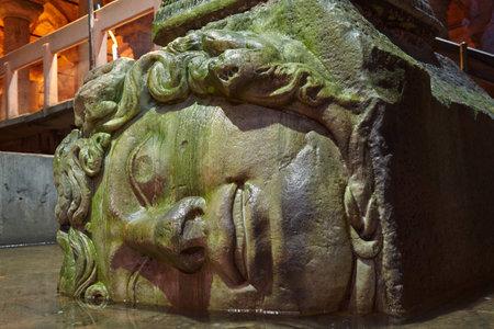 cisterna: Bases de las columnas de la medusa en la Cisterna Bas�lica, Estambul, Turqu�a
