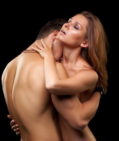 sexo pareja joven: Joven pareja de enamorados sobre fondo negro