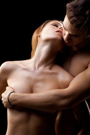 nude young: Молодая пара в любви на черном фоне Фото со стока