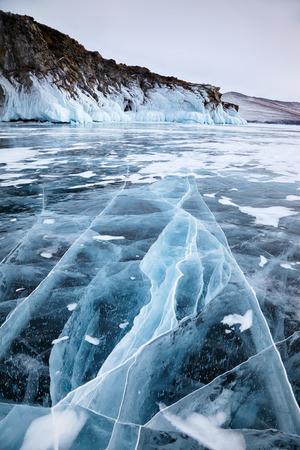 冬のシベリア バイカル湖の氷に凍結岩します。