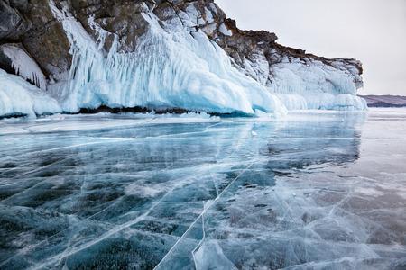 Rotsen in het ijs van de Siberische Baikalmeer in de winter bevroren Stockfoto