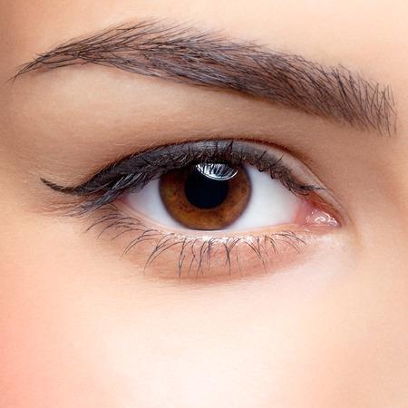 ojo: Primer tirado de ojo de la mujer con maquillaje de día