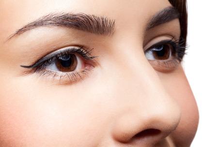 ojos marrones: Primer tirado de los ojos de la mujer con maquillaje de día