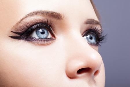 日のメイクと女性の目のクローズ アップ ショット 写真素材