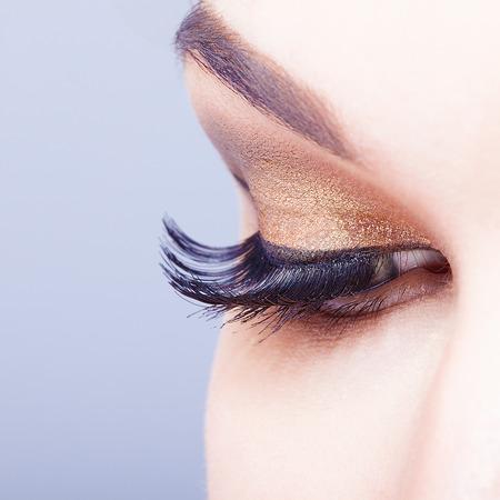 falso: Ojo femenino con las pestañas largas disparó primer plano Foto de archivo
