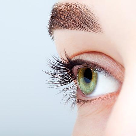 女性の緑のピスタチオのクローズ アップ ショット色の目の日のメイク
