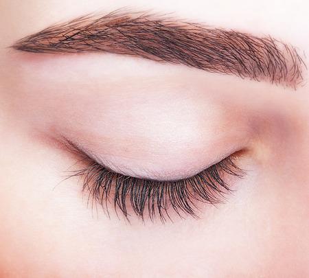 Close-up shot van vrouwelijke gesloten ogen en wenkbrauwen met een dag make-up