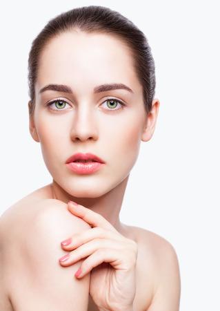 Portret van jonge mooie vrouw met dag make-up en groene pistache kleur ogen