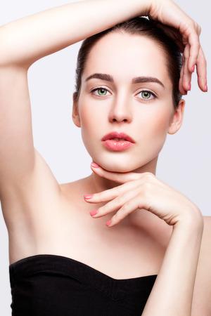 axila: Retrato de joven bella mujer en vestido negro con maquillaje de día y de color verde pistacho ojos