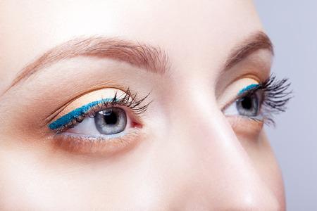 ojos azules: Primer tirado de los ojos de la mujer con maquillaje de día